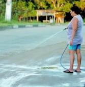 Editorial: Falta de educação, nos residenciais de Alphaville, desperdiçando água com esguichos em ação