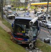 Ônibus derruba poste de eletricidade na Alameda Araguaia