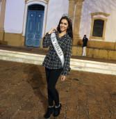 Thais Belmonte, Miss Santana de Parnaíba, fotografa na Igreja Matriz, na Festa da Padroeira