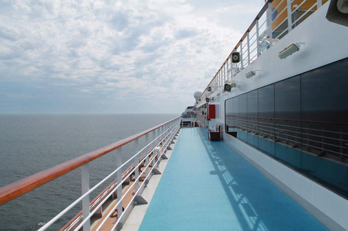 1.lateral do navio em alto mar