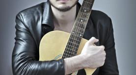 Dia 24, o cantor  Tiago Iorc irá se apresentar em Barueri, no Teatro Municipal.