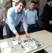 Prefeito Elvis Cezar, de Santana de Parnaíba, aniversaria hoje e ganha festa surpresa no gabinete