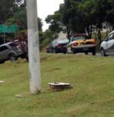 Perua derrapa na Av. Yojiro, bate no poste da ilha, sem feridos na hora do almoço