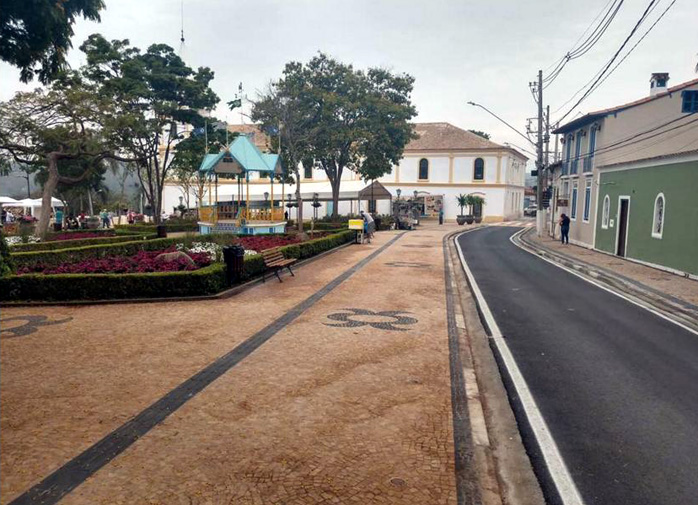 Praça reformada.vista lateral.rua.698