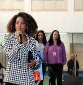 Cantora Negra Li se emociona ao receber homenagem em escola de Barueri