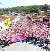 Caminhada Outubro Rosa leva milhares de pessoas ao Centro Histórico de Santana de Parnaíba